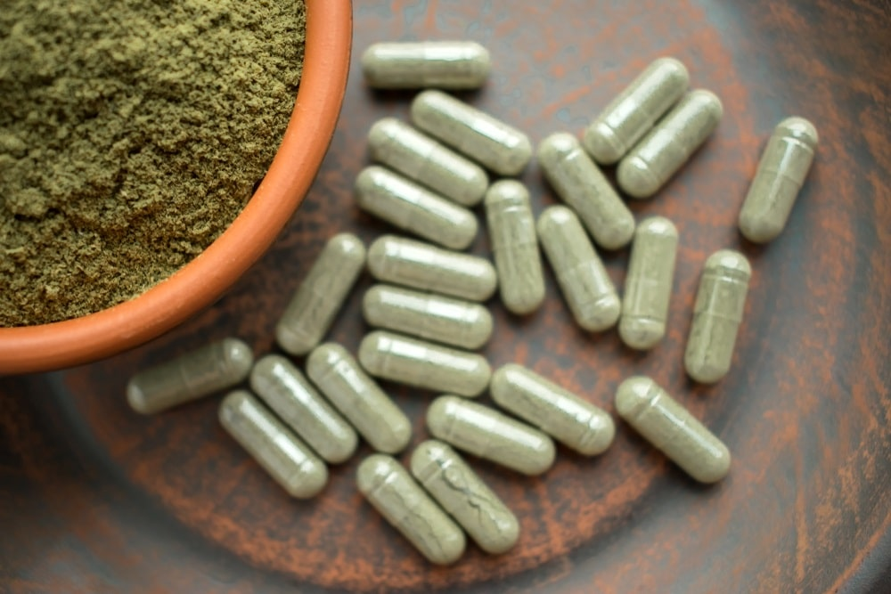 green kratom powder and capsules